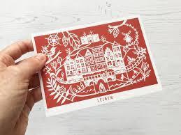 Bij besteding van elke 15 euro  een gratis Leiden Ansichtkaart van Jessica Halmshaw t.w.v. 2 euro